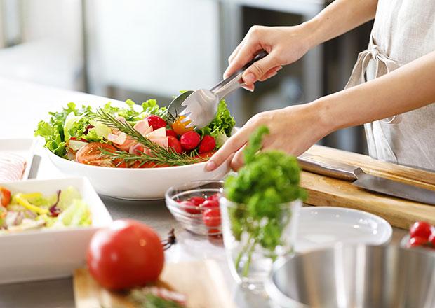 イメージ:地元の食材を使って夕食を準備